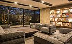 緑の癒しと、上質な設え。寛ぎに満ちた迎賓空間「ブックラウンジ」