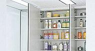 ミラー扉の裏側に化粧品などの小物をすっきりと収納。下段の収納棚に転び止めを設け、小物の落下物を防ぎます。