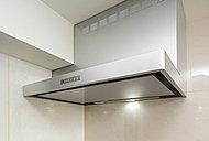 すっきりとしたデザインのステンレス製レンジフード。臭いや蒸気、煙を吸い込む力が高められる整流板付きです。