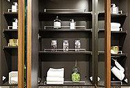 三面鏡の裏側にヘアケア用品や化粧小物がすっきりと収納できます。必要な物がすぐに取り出せて便利です。