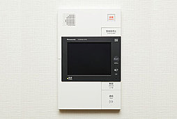 来訪者を映像と音声で確認。宅配ボックス内の着荷の確認、非常通知ボタンなど多機能を備えています。