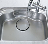 特殊加工により水はね音を抑える静音タイプのシンク。音楽やTVを楽しみながら調理や片付けもOK♪