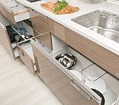 引き出して使えるので大きな調理器具の取り出しに便利です。開閉しやすいソフトクローズ機能を採用。
