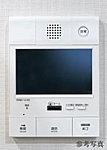 エントランスと連動したTVモニター付きのインターホン。来訪者をカラー画面と音声で確認の上、エントランス扉を開けることができます。非常用押しボタン付き。