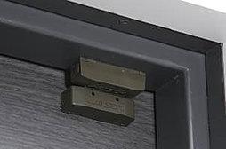 各住戸の玄関ドアには、マグネット防犯センサーを設置。留守中も不審者の侵入を警報ブザーで知らせます。