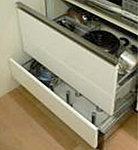 シンクキャビネット、缶詰や調理器具等が入る3段スライド収納、鍋やフライパンなどが収まるガスキャビネットを装備しています。