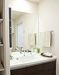 洗面化粧台には上下左右いっぱいに広がる大型一面鏡を採用。