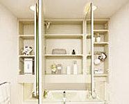 鏡の裏側にヘアケア、スキンケア、デンタルケアなどの洗面小物がたっぷり入る三面鏡裏収納を設置。