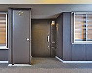 共用廊下から奥まった空間を設けることで、玄関廻りの表情を整えるとともに、玄関ドア開閉時に共用廊下側の通行を妨げません。