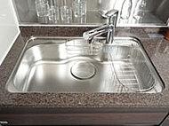 大きな鍋も洗いやすいワイドサイズ。裏面に制振材を貼ることで、水はね音やスプーンが落下した際の衝撃音なども低減します。