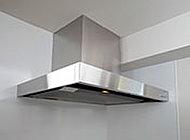 整流板を設けることで吸い込み効率を高め、煙や臭いを素早く排気します。※キッチンスタイルにより異なります。