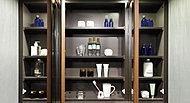ヘアケア用品、化粧品などを収納できる鏡裏収納。圧迫感のない薄型収納です。※標準タイプの本体カラーは白になります。