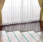 床からの輻射熱で部屋全体をムラなく暖め、心地よさを保てる床暖房システムを導入。