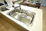 大きなフライパンなども洗いやすいワイドシンクは静音仕様。水ハネ音や食器などの落下音をやわらげます。