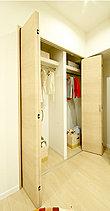 コートなど丈の長い衣類もゆとりをもって収納可能。ハンガーパイプの上には、衣装ケース類も置ける奥行きを備えた棚を確保しています。