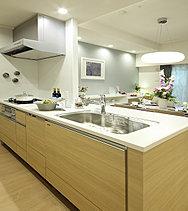 ※モデルルームのキッチンカウンター(一体型カウンター)はオプション仕様。キッチン上部は(ダウンライト)をセレクトしています。