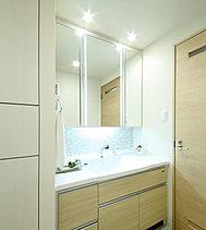 ※モデルルームの洗面台三面鏡(プリンセスミラー)は、オプション仕様となります。