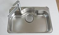 水はね音を低減する静音タイプのシンクは、大きな鍋もゆったり洗えるワイドサイズです。