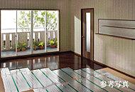 リビング・ダイニングの床は足元から体を温め、空気も汚さず、乾燥しにくいです。