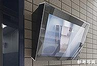 防犯性を高めるために、1階にエレベーター内の様子を確認できるTVモニターを設置。深夜のご帰宅の際も安心してエレベーターをご利用いただけます。