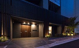 アウトフレーム工法を活かした重厚な柱型と、繊細な上質感を演出する45四丁掛タイル、江戸時代の町屋の意匠をモチーフとした木調の縦格子と木調両開きオートドアなどにより、和の美意識が薫るエントランスアプローチ空間を創出します。
