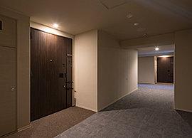 外部からの視線が届かず、プライバシー性・セキュリティ性に配慮した内廊下設計を採用。タイルカーペット貼りの落ち着いた内廊下空間を設えました。