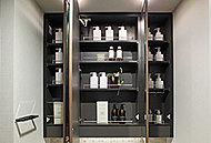 三面鏡の裏側にヘアケア用品や化粧小物を整理できる収納スペースを設けました。必要な物がすぐに取り出せて便利です。