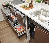 キッチン収納はスライド式。大きな鍋や缶詰など重いものをしまっていても、容易に引き出すことができます。※シンク下を除く。