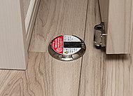 突然ドアが開閉しないよう、リビング・ダイニングの扉は簡単に固定・解除できます。