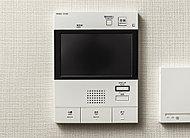 事前に、訪問者を画像と音声で確認できるインターホン。ハンズフリーでオートロックが解錠できます。