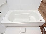 浴槽内の角を取った曲線的なデザインにより、柔らかい入浴感を楽しみつつ、高い節湯効果も得られる仕様です。