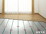 自然な風でホコリを巻き上げることもなく、心地よく床を温める温水式床暖房を設置。