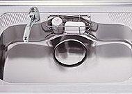 ワイド設計で水はね音を軽減する低音仕様のシンク。便利な水切りプレート付きです。(参考写真)
