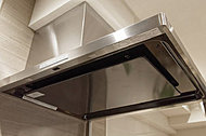 調理の際に、煙や臭いを強力に集め排煙・排気をするレンジフード。従来の換気扇に比べ中にフィルターが設置さてれいるのでお手入れしやすくなっています。