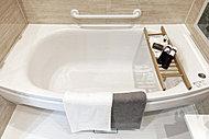 ゆったりとした浴槽は丸みを帯びたシェル型ワイド浴槽。シェルの部分に段差があり、小さなお子様でも抱えることなく座らせて入浴できます。