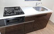 水分・油を吸収しにくいキッチンパネル、自炊派シングルに嬉しい複数口のガスコンロ、水量・水温調節が簡単なシングルレバー混合水栓などを装備。使い勝手が良く見た目も美しいシステムキッチンです。