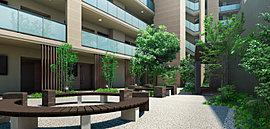 外部から敷地内へと優しくアプローチする中庭空間。スタイリッシュにデザインされた中庭は、心地よい語らいが生まれる空間です。