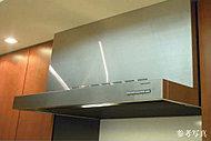 煙をパワフルに吸い込む整流板付。フラットな整流板の底面を拭くだけでサッとキレイに。※Dタイプを除く。