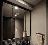 木枠のスタイリッシュな三面鏡収納。ステンレスパイプ・フック付&ティッシュBOXスペース有り。