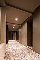 ホテルのような余韻。一歩足を進めるたびに感じる落ち着き。限られた方々だけが立ち入ることを許された世界。各階の共用廊下は、外部からの視線が届かないプライベート性にあふれた内廊下設計。