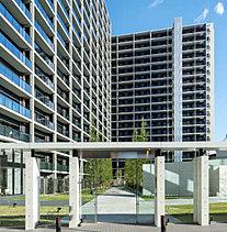 洗練された都会性を追求した外観の意匠美。列柱のモダンなデザインと緑景が印象的なアプローチに誘われ。敷地の西側のスタイリッシュな外構壁は、コンクリート打放し調仕上げの柱を等間隔に並べ、その柱間にはガラスウォールを採用したモダンなデザイン。