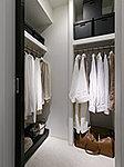 ウォークインクロゼットは、ゆとりの広さを備えた大型収納。数多くの衣類に加え、引出しや衣装箱、シューズボックスなども収納することができます。