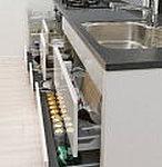 開閉もスムーズな、スライド式収納を採用。※L型キッチンのコーナーキャビネットおよびGタイプのシンクキャビネットを除く