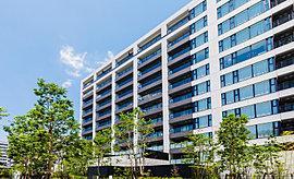 外観は、ブラック&ホワイトのタイル貼りによるツートンカラーを採用。ホワイトのアクセントは、美しいスカイラインを演出。シンプルでありながらブラックを基調としたコーディネートが、建物を周辺の緑から際立たせます。※平成27年6月撮影。