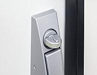 工具をドアの内側に入れサムターンを回してしまう不正解錠に対応したスイッチ式サムターン(上部1ヶ所)を採用しました。