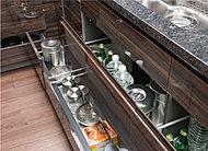 システムキッチンの収納には、物が取り出しやすく開閉もスムーズな、スライド式収納を採用しました。