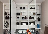 お子様の目線に合わせた三面鏡下鏡も備えた三面鏡付洗面化粧台を採用しました。三面鏡の裏側には収納棚を確保。