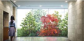 エントランスホールに入ると、迎えるのは正面のガラスウォールに映るパティオの緑。