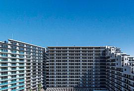敷地面積12,800平米超のグランドスケールで誕生する、全357邸の大規模環境創造型レジデンス。その広大な敷地に雄大に配された3棟構成の邸宅は、この地の新たなランドマークとなる存在。美しく壮大なビッグソサエティがこの地から始まります。