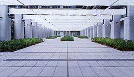 「グランドゲート」を抜けると、まるでアトリウムのような列柱が連なる迎賓空間「グランドパティオ」。ここは、住まう方のアプローチであるとともに、大いなる光と風を感じながら人々のソサエティを育む場所でもあります。